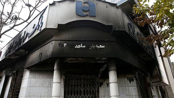 İran'ın başkenti Tahran'da gösteriler sırasında yakılan bir banka şubesi, 20 Kasım 2019