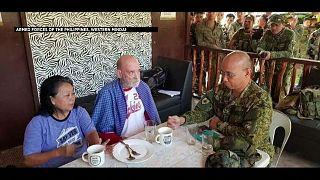 الفيليبين تحرر سائحا بريطانيا وزوجته خطفهما جهاديون على صلة بداعش