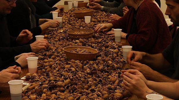 Après le vin, les noix à la fête