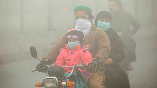 عائلة باكستانية ترتدي أقنعة للحماية من التلوث الهوائي- أرشيف رويترز