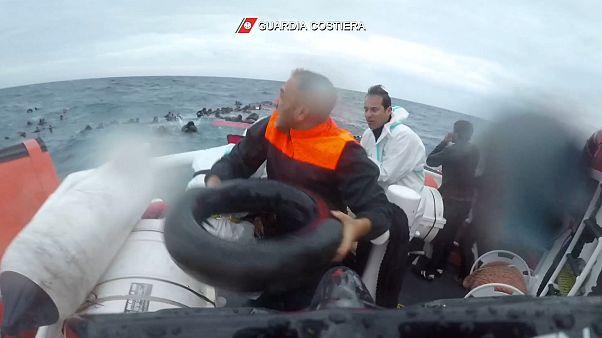 İtalyan Sahil Güvenlik ekipleri teknesi batan göçmenlere yardım ediyor