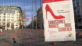 Belçika: Kaybolan ve şiddet gören kadınlara dikkat çekmek için kırmızı ayakkabılar açık hava sergisi