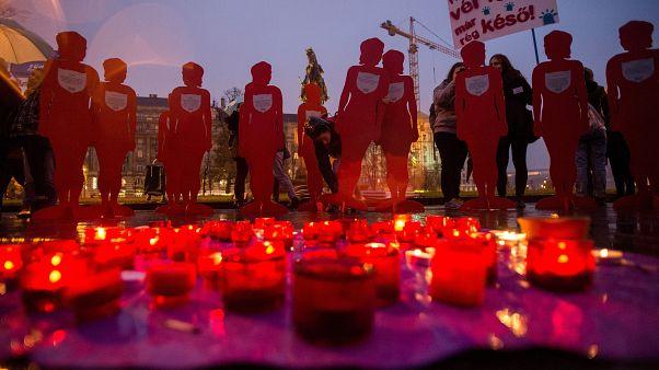 Mécsesek égnek a Nőkért Együtt az Erőszak Ellen Egyesület (NANE) Néma Tanúk elnevezésű felvonulásán a Parlament előtti Kossuth Lajos téren 2018. november 25-én