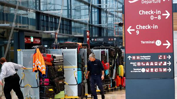 عمال في مطار برلين براندنبورغ الدولي