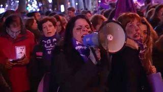 A nők elleni erőszak miatt tüntettek a spanyol fővárosban
