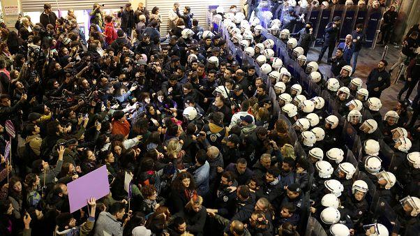 """شاهد: الشرطة التركية تستخدم قنابل الغاز والرصاص المطاطي لتفريق تظاهرة """"نسائية"""" في إسطنبول"""