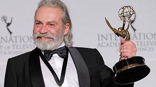 Haluk Bilginer, 47. Uluslararası Emmy Ödülleri'nde Şahsiyet dizisindeki performansıyla en iyi erkek oyuncu seçildi.
