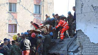 Decenas de personas rescatadas de los escombros tras el terremoto en Albania