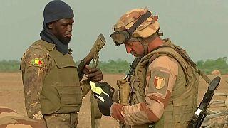 Foto de archivo de un soldado maliense y uno francés