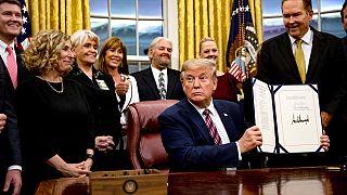 Donald Trump PACT tasarısını imzalıyor