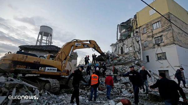 Спасатели ищут выживших под завалами