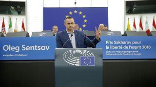 El director ucraniano Oleg Sentsov durante la ceremonia de entrega del Premio Sájarov 2018 en el Parlamento Europeo en Estrasburgo, Francia, el 26 de noviembre de 2019.