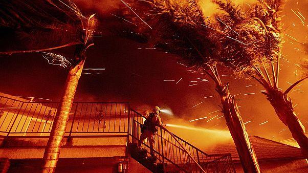 رجل مطافي يقاوم النيران التي تهدد إحدى الإقامات في سان برناردينو في كاليفورنيا - 2019/10/31 -