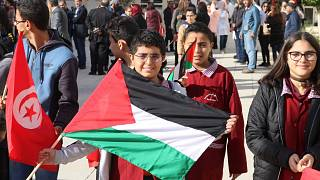 المدارس التونسية ترفع العلم الفلسطيني وغزة تقوم بالمثل
