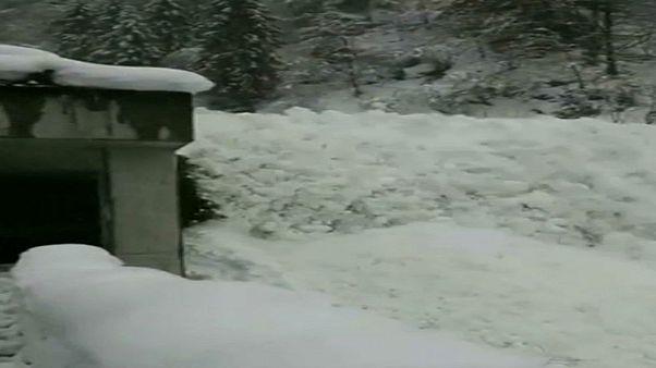 شاهد: انهيار ثلجي قرب نفق جبلي في سويسرا