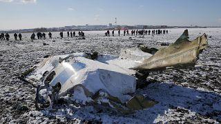 موظفو وزارة الطوارئ الروسية يعملون في موقع تحطم الطائرة الإماراتية فلاي دبي في مطار روستوف أون دون – 2016/03/20 -