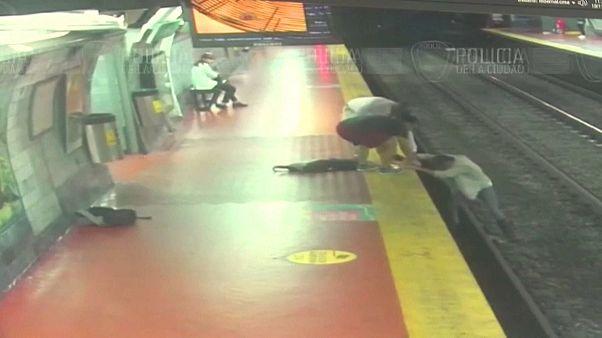 شاهد: رجل ينشغل بهاتفه ويسقط على سكة مترو بوينس آيرس