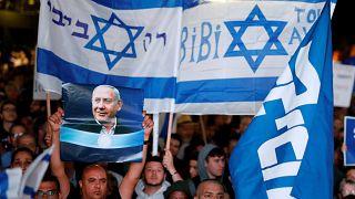 شاهد: مظاهرات في تل أبيب لدعم نتنياهو بعد اتهامه بالفساد واستغلال السلطة