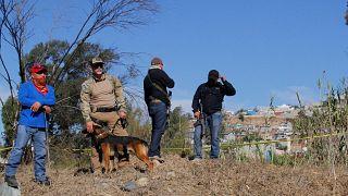 الشرطة رفقة متطوعين خلال عملية بحث عن جثث لمفقودين في مقبرة جماعية في تيخوانا بالمكسيك