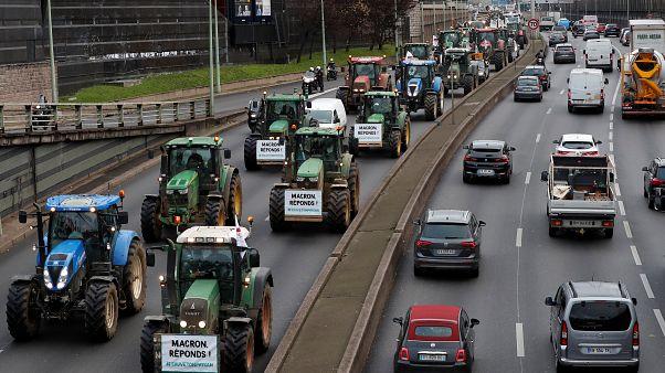 مزارعون فرنسيون يقطعون الطريق إلى باريس بالجرارات احتجاجا على سياسة ماكرون