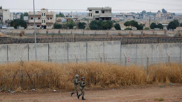 جنود أتراك في دورية على طول الجدار الحدودي بين تركيا وسوريا في بلدة سيلينبار الحدودية التركية