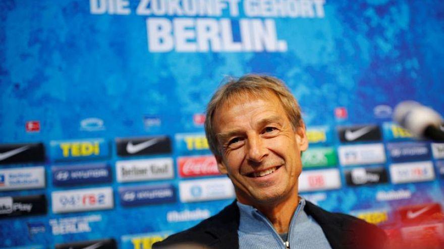 """Presentazione ufficiale all'Herta Berlino per Klinsmann. La frase in tedesco significa: """"Il futuro appartiene a Berlino""""."""