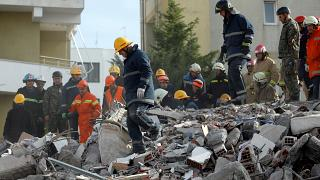Albânia faz busca desesperada por sobreviventes do terremoto