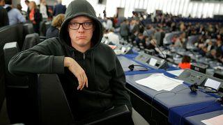 """""""Basta Strasburgo"""", la provocazione del comico europarlamentare Nico Semsrott"""