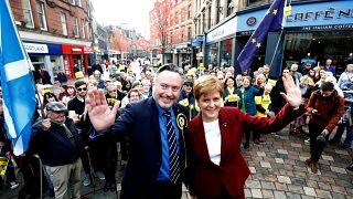 A skót miniszterelnök, Nicola Sturgeon és Alyn Smith Stirling-ben kampányolnak október 30-án