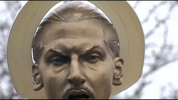 غطاء المرحاض فوق رأس تمثال زلاتان