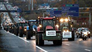 Fransız çiftçiler hükümete öfkeli: Yüzlerce traktör Paris'e çıkartma yaparak otoyolları tıkadı