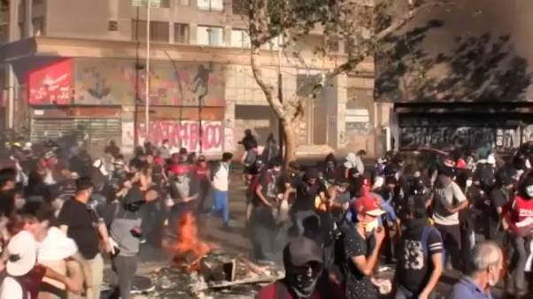 Gyilkos harc a tüntetők és a rendőrök között Chilében