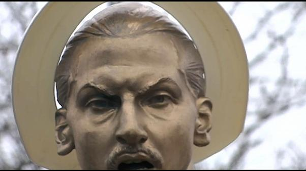 Fußballfan schmückt Zlatans Statue mit einer Klobrille