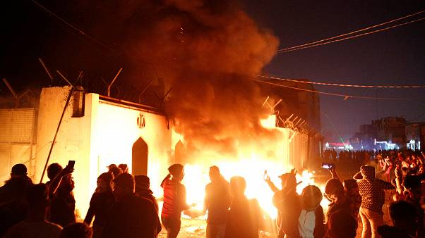 أضرم المتظاهرون النار أمام مبنى القنصلية أولاً...
