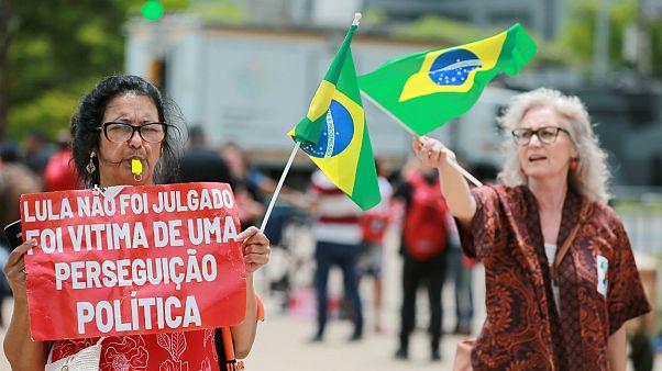 Apoiantes do ex-presidente à porta do TRF4, em Porto Alegre