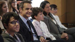 Ο πρωθυπουργός Κυριάκος Μητσοτάκης με μαθητές που διακρίθηκαν στην Ολυμπιάδα Εκπαιδευτικής Ρομποτικής WRO 2019