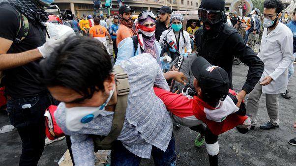 المتظاهرون العراقيون يحملون شخصا مصابا خلال الاحتجاجات المستمرة المناهضة للحكومة في بغداد، العراق، 28 نوفمبر/ تشرين الثاني 2019