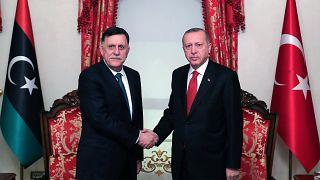 """Ο πρόεδρος της Τουρκίας Ταγίπ Ερντογάν και ο """"Πρόεδρος του Προεδρικού Συμβουλίου της Λιβύης"""" Φαγιέζ Αλ Σαράζ"""