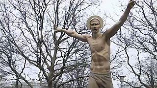 Vécéülőke-állvány lett Zlatan Ibrahimovic szobrából