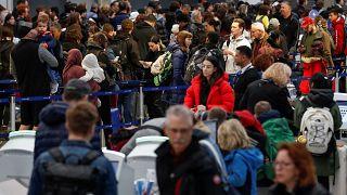 المسافرون في المطارات/ صورة توضيحية