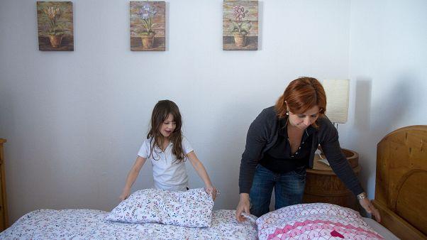 A négy éve Ausztriában élő Kisch Krisztina és lánya, Kisch Jáde ágyneműt cserél a vendégek után házában, a Salzburg tartománybeli Flachau-Reitdorfban 2013. március 16-án