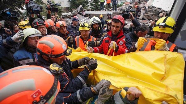 Arnavutluk, en az 42 kişinin ölümüne yol açan 6,3 büyüklüğündeki depremin yaralarını sarıyor