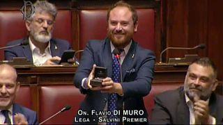 شاهد: في خطوة فريدة من نوعها .. نائب إيطالي يطلب يد صديقته داخل البرلمان