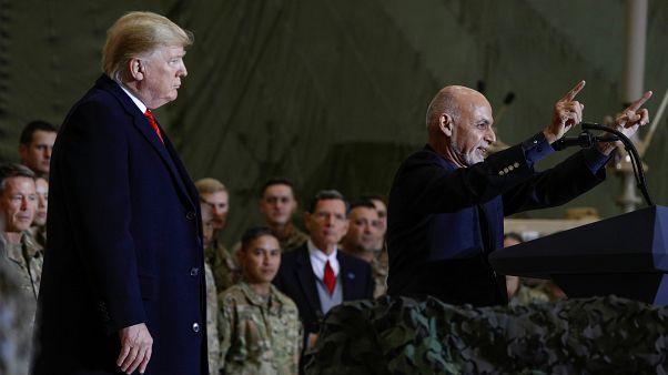 Le président américain Donald Trump écoute le président afghan Ashraf Ghani lors d'une visite surprise en Afghanistan