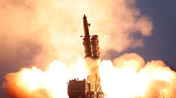 صورة لعملية إطلاق صاروخ من آلية عسكرية كورية شمالية