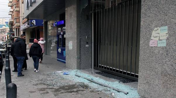 Vitrine de banque brisée à Tripoli, Liban, le 27/11/2019