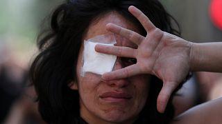 Une femme manifeste en soutien aux personnes ayant perdu un œil dans les manifestations. Santiago, Chili, le 12 novembre 2019