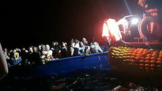 Újabb 100 menekültet kellett kimenteni a tengeren
