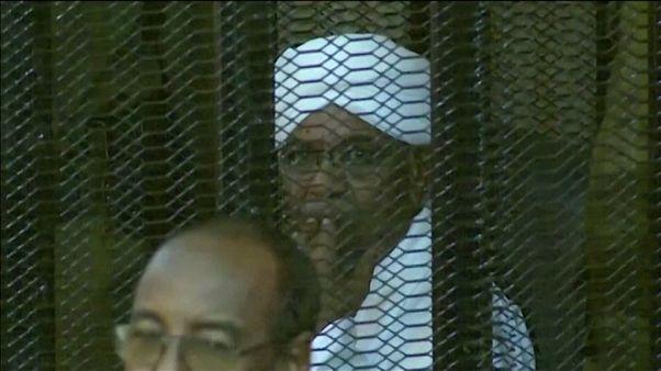 الرئيس السوداني المعزول عمر البشير خلال إحدى جلسات المحاكمة.