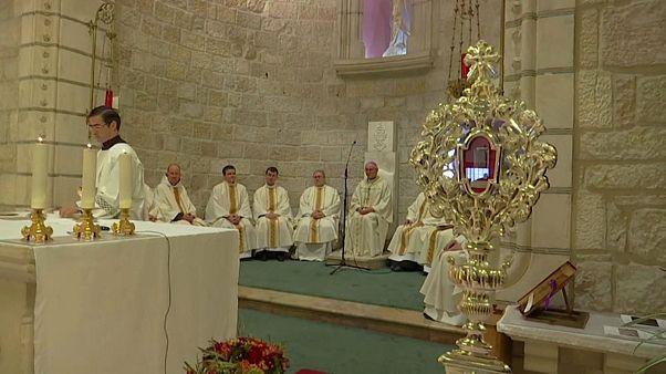"""شاهد: احتفال ما قبل عيد الميلاد في القدس """"بقطعة خشب"""" من مهد المسيح"""